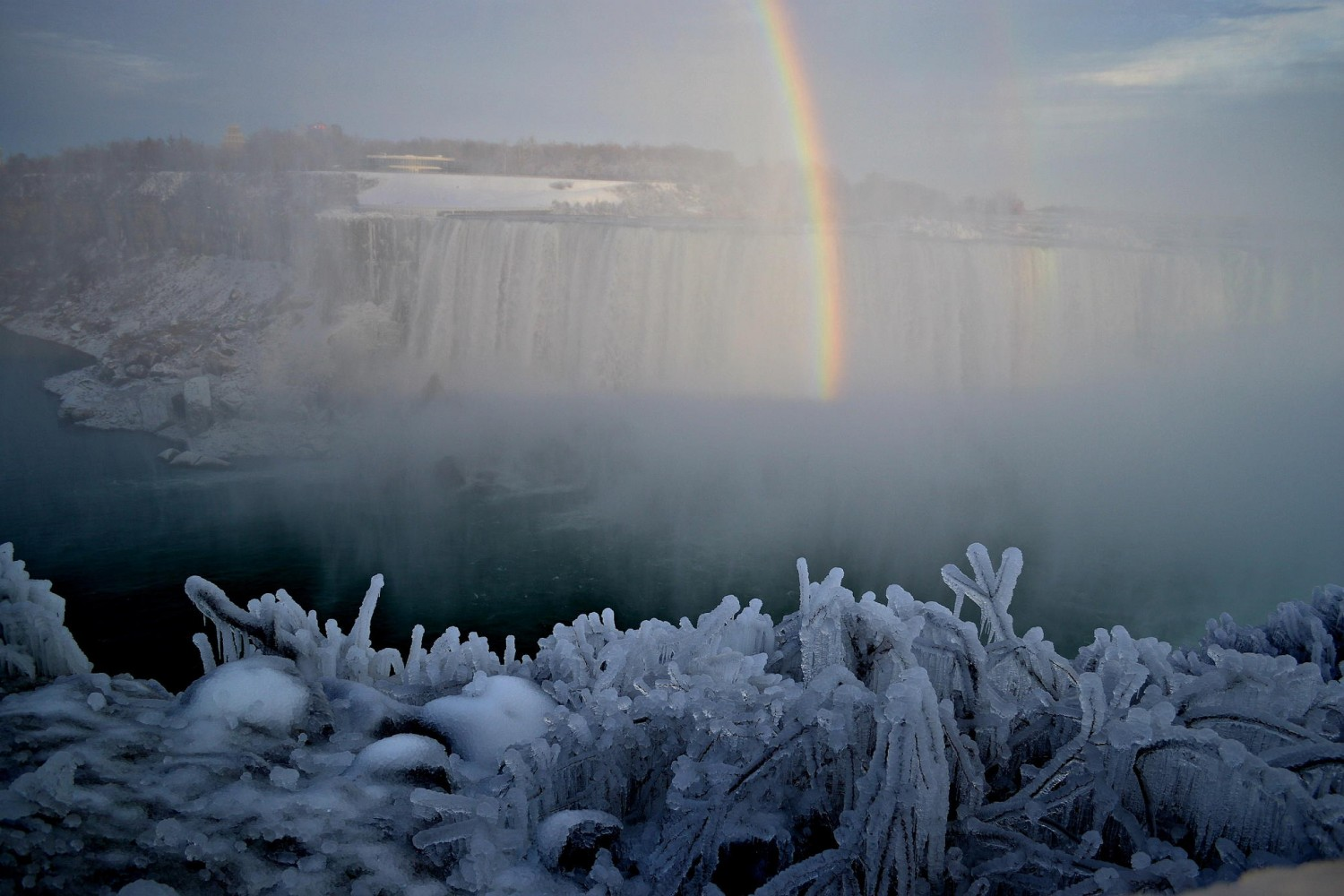 20 Spectacular Images of Frozen Niagara Falls