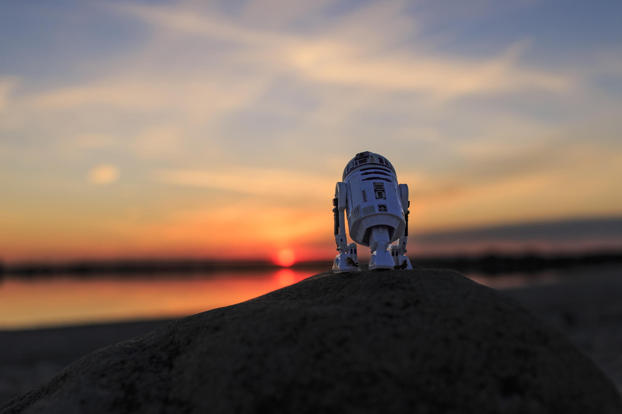 25 Reimagined Images Of R2-D2 Wandering The World Alone