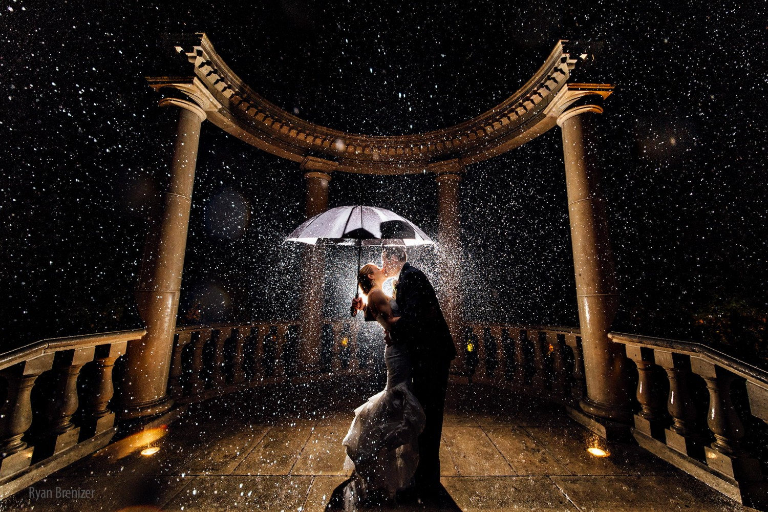 30 Romantic Rainy Wedding Day Photos