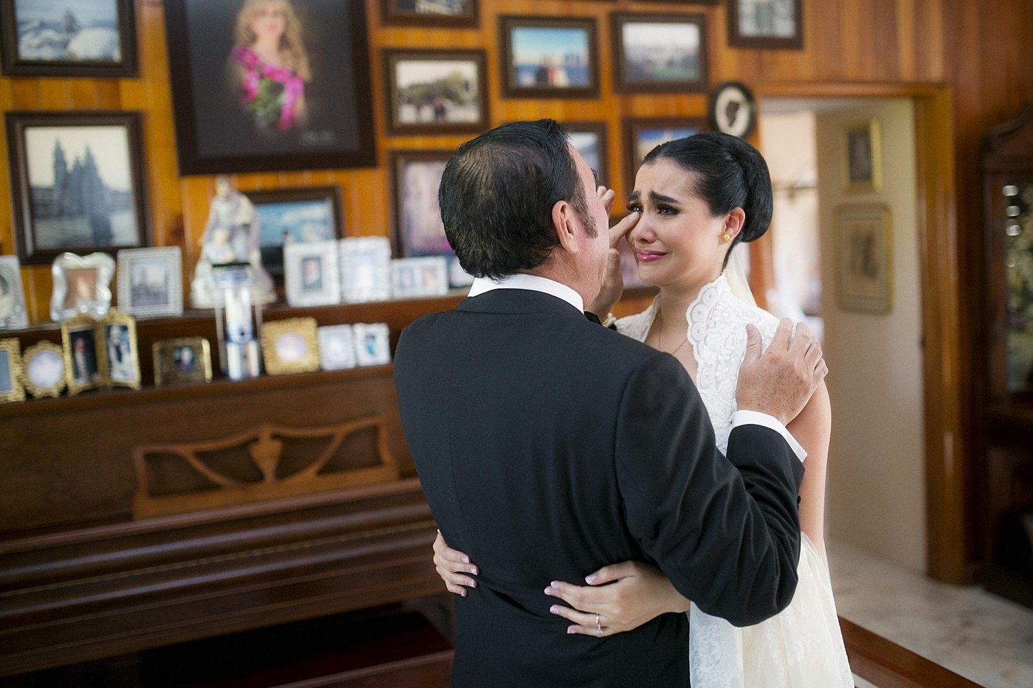 25 Tear-Jerking Photos Of Fathers Of The Bride