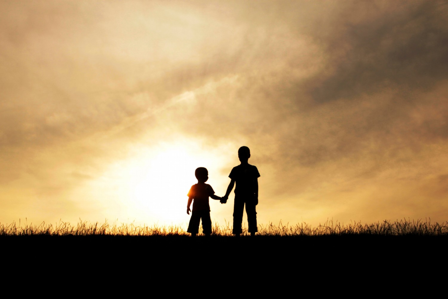 Weekly Contest: 25 Endearing Holding Hands Photos + New Theme