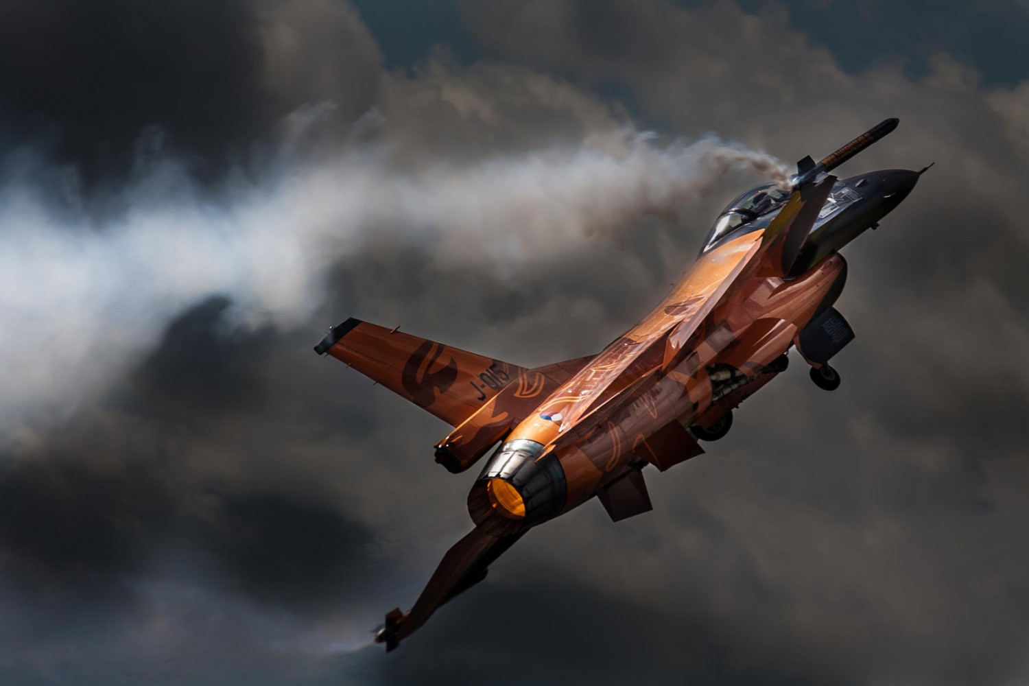 Blast Into the Weekend with 25 Incredible Fighter Jet Photos