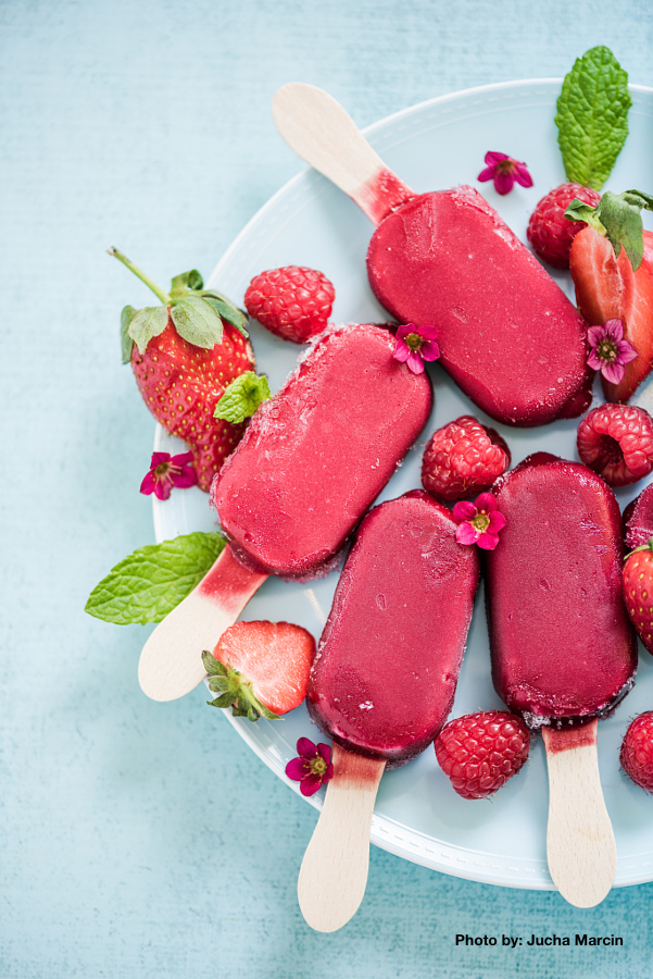homemade refreshing berry popsicle